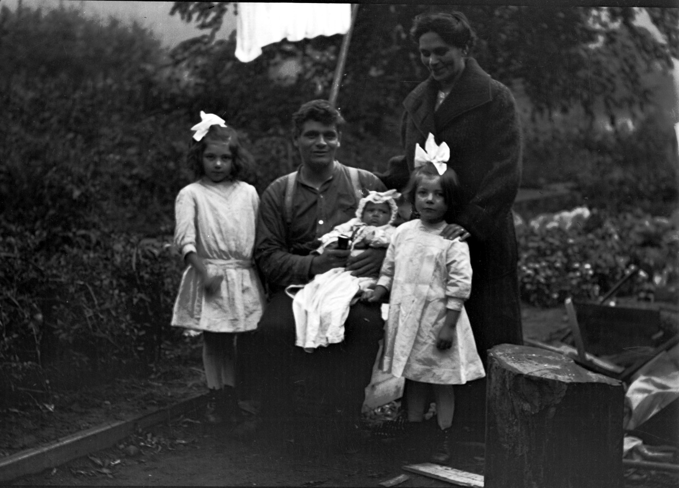 Young Southwell Family - Left to Right: Helen, Fred, Aida, Bea, and Kathleen (standing)